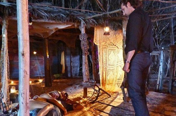Alberto de pé observa Ester e Cassiano dormindo no chão
