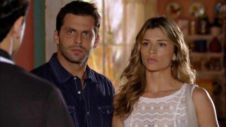 Cena de  Cassiano e Ester chegando na casa de Hélio