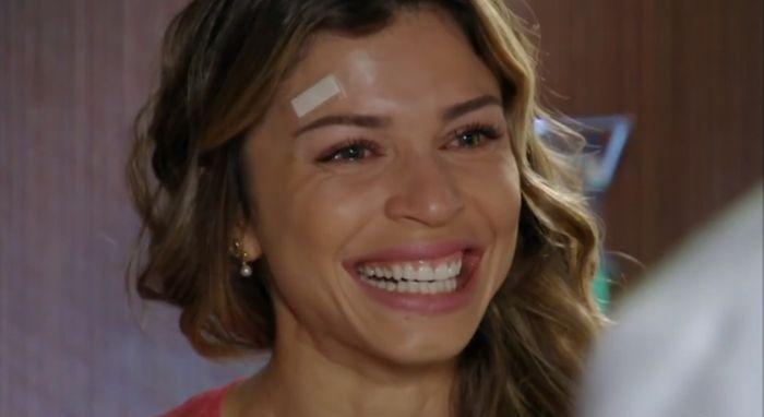 Ester sorrindo de felicidade com notícia de gravidez