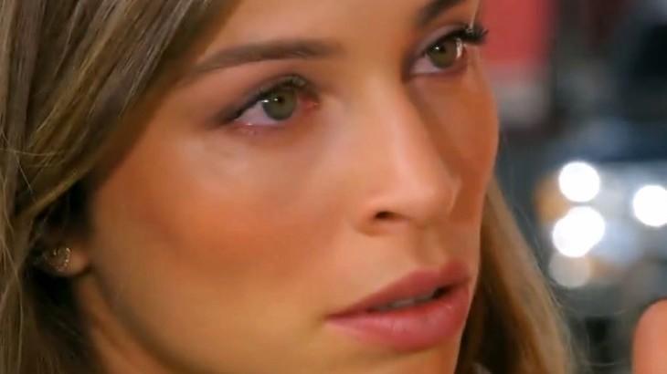 Ester olha atônita para frente