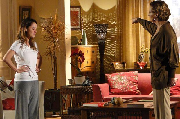 Ana chora enquanto que Eva aponta a porta para a filha