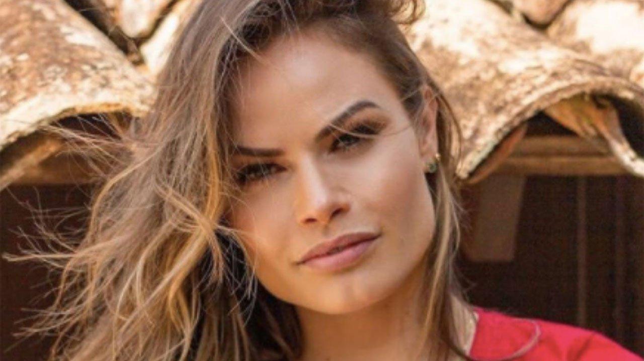 Ex-BBB Nati Casassola posada séria