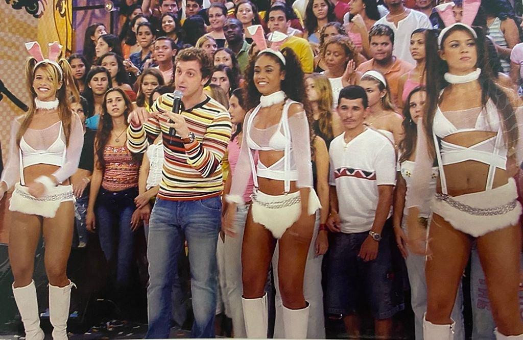 Dany Bananinha, Karen Júlia e Luana Ferreira ao lado de Luciano Huck quando eram coleguinhas do Caldeirão do Huck