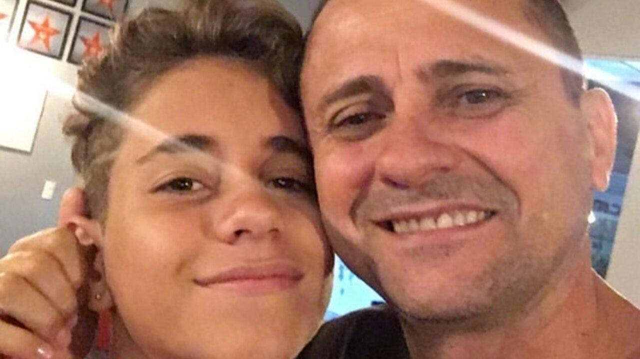 Cesar Soanata pegando na orelha de Lucas Santos, de rostos colados, fazendo selfie