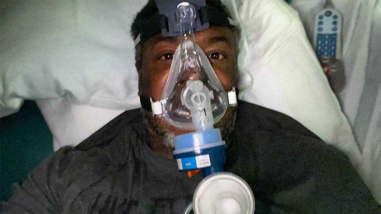 Cedric Ceballos com máscara de oxigênio em leito hospitalar