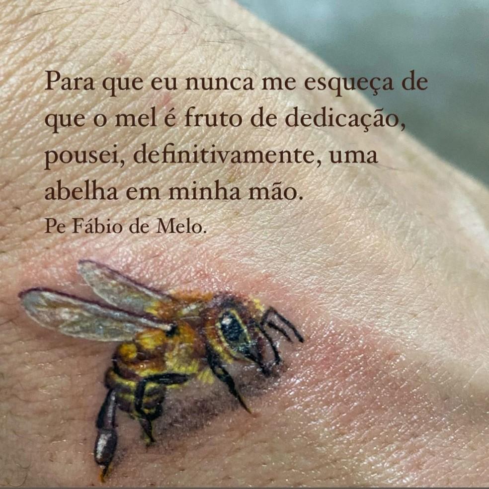 """Padre Fábio de Melo exibe nova tatuagem e explica significado: \""""Será meu sinal\"""""""