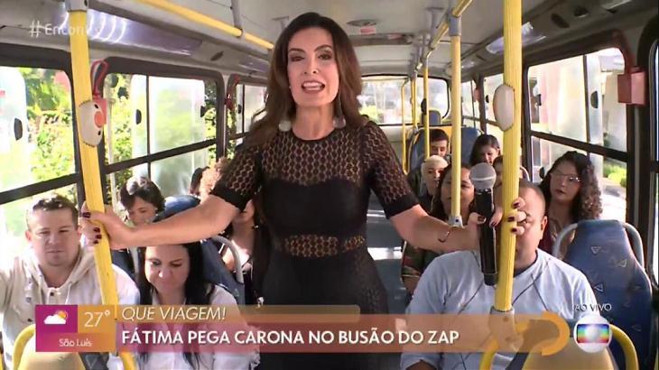 Fátima Bernardes dentro de um ônibus simulado, com passageiros, nos Estúdios Globo