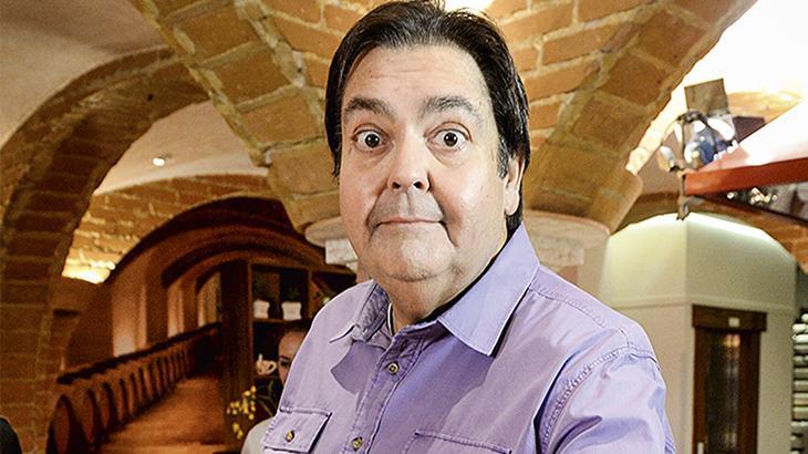 Fausto Silva arregala os olhos em foto dentro de um restaurante