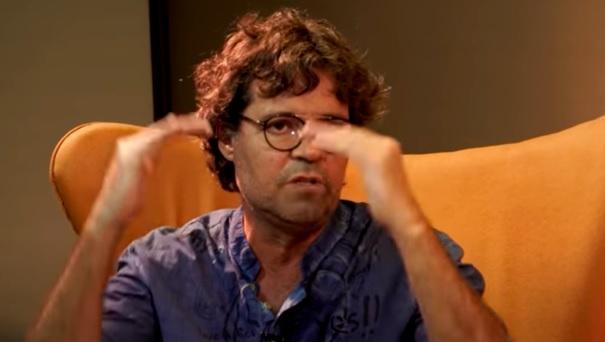 Felipe Camargo gesticulando em entrevista