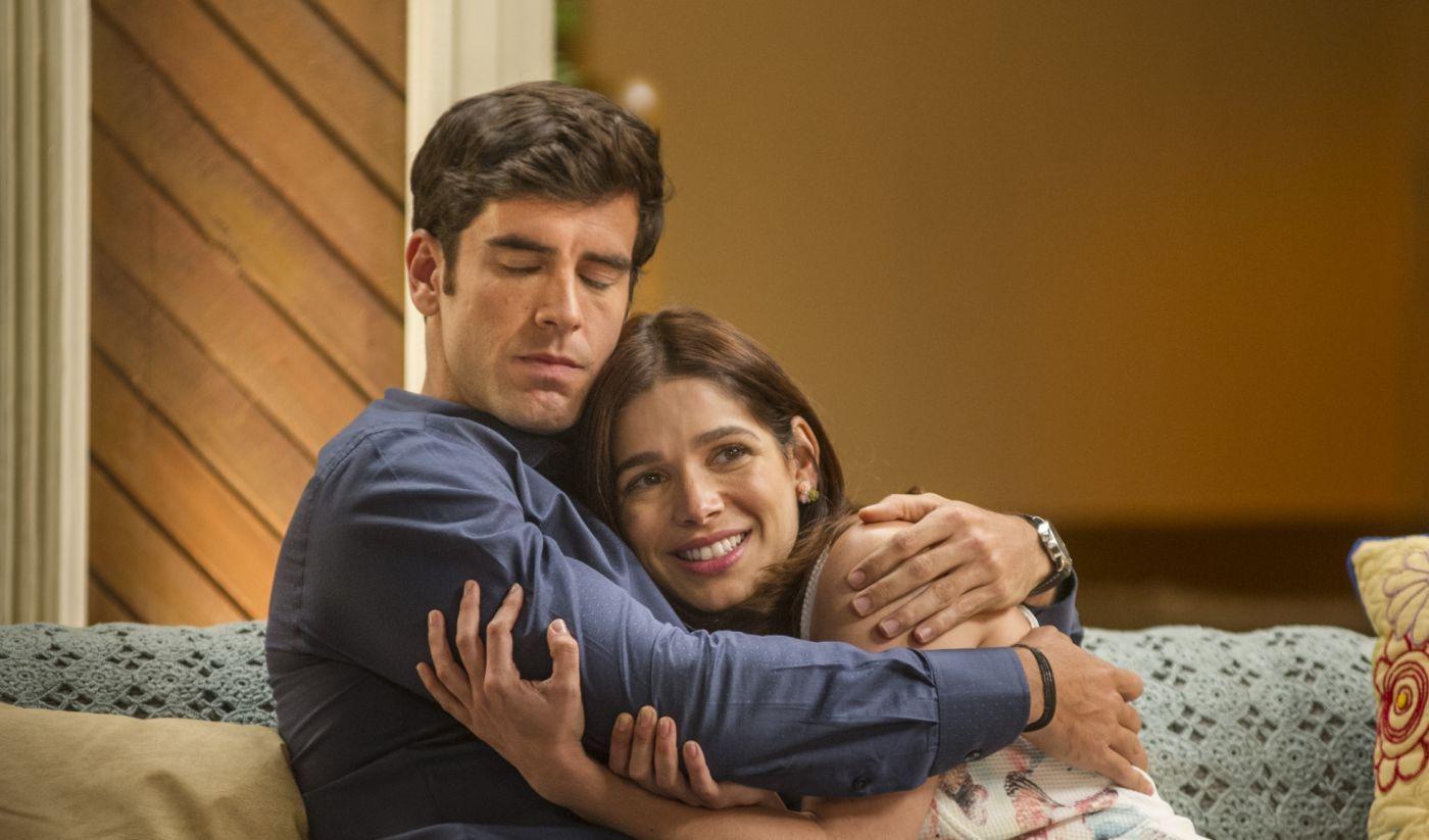 Marcos Pitombo e Sabrina Petraglia como Felipe e Shrilei, abraçados