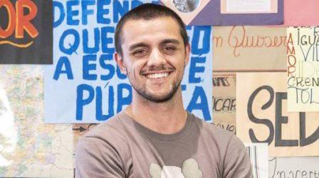 Felipe Simas sorrindo