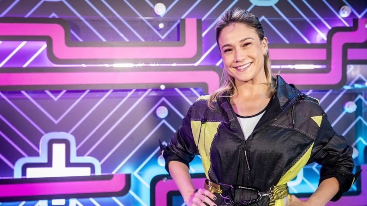 Fernanda Gentil com roupa esportiva no cenário colorido do Zig Zag Arena, novo programa das tardes de domingo na Globo