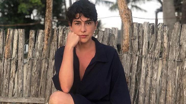 Fernanda Paes está em praia