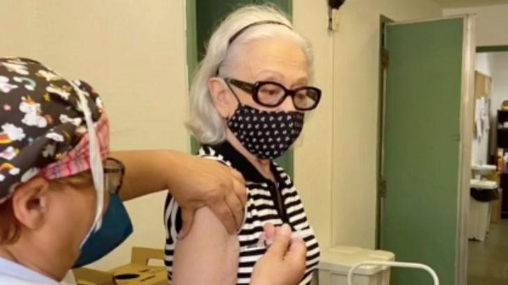 Aos 93, Laura Cardoso é vacinada contra Covid-19 e faz campanha pela imunização