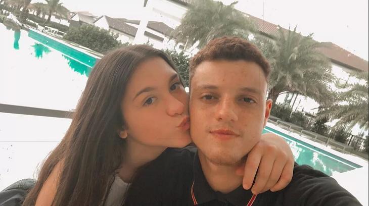 Sofia Liberato beijando o rosto do seu namorado