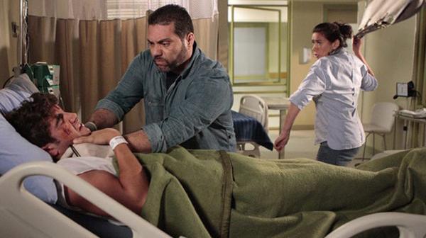 Antenor sendo enforcado por bandido e Griselda o salvando