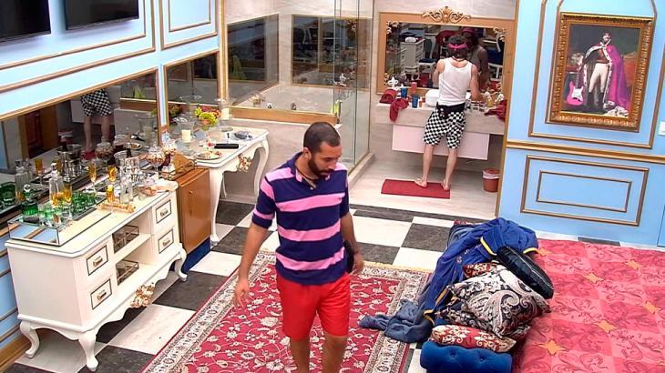 Gilberto e Fiuk conversando no quarto do líder no BBB21