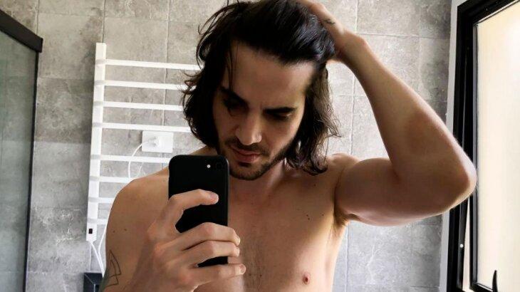 Fiuk sem camisa, fazendo selfie no espelho