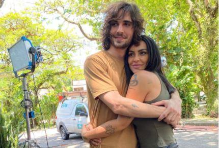 Fiuk posa abraçado com Cleo Pires