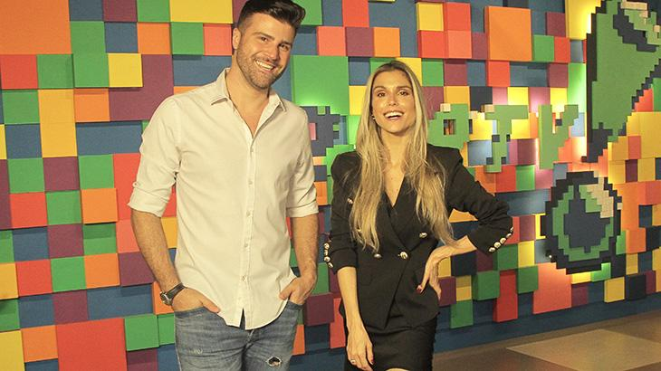 Flávia Viana e Marcelo Zangrandi sorrindo na sede da RedeTV!