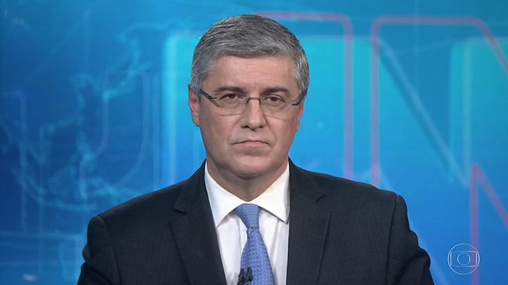 O apresentador Flávio Fachel na bancada do Jornal Nacional