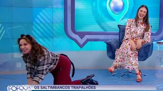 Flor Fernandez dança ajoelhada no Fofocalizando