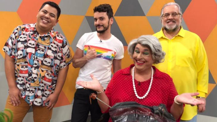 Tutu, Fefito, Guilherme Uzeda e Leão Lobo estão sorrindo no cenário do Fofoca Aí da TV Gazeta