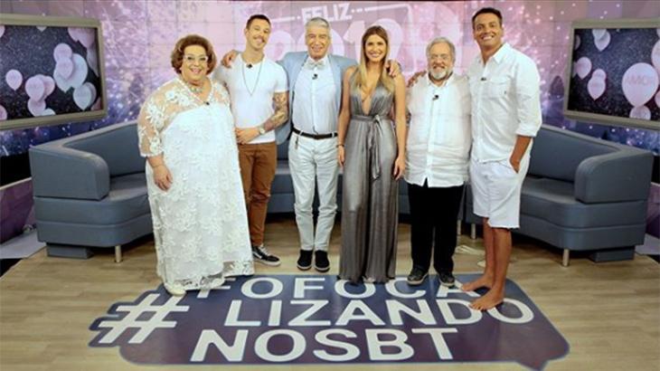 Elenco do Fofocalizando vestido de branco