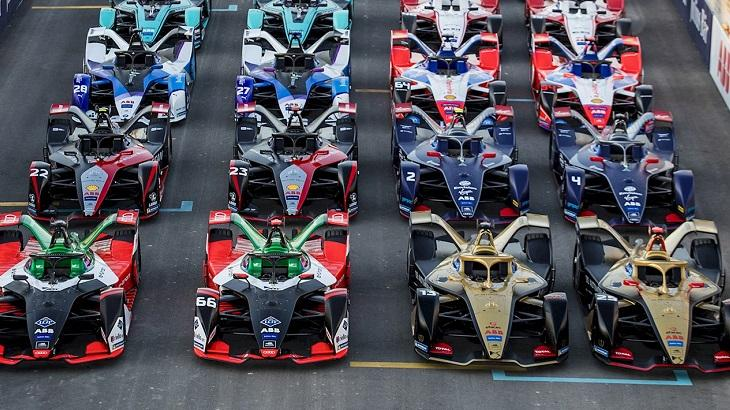 Carros da Fórmula E na pista