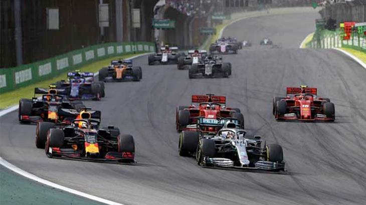 Carros de Fórmula 1 durante corrida em 2019