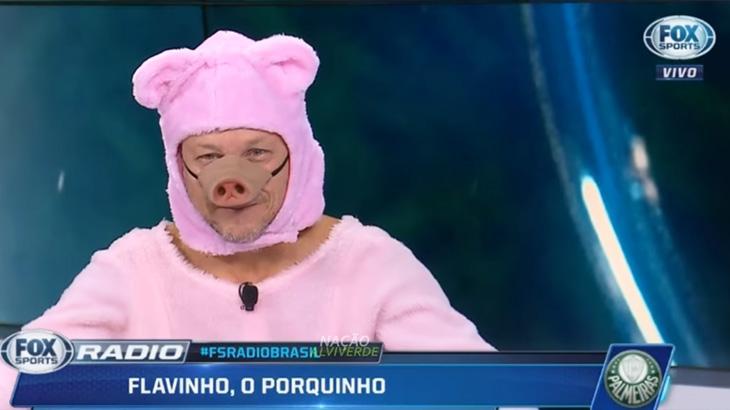 """Comentarista paga aposta e participa do \""""Fox Sports Rádio\"""" vestido de porquinho"""