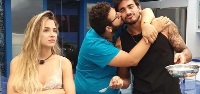 Vitor Hugo, beija Guilherme no BBB20 ao lado de Gabi Martins