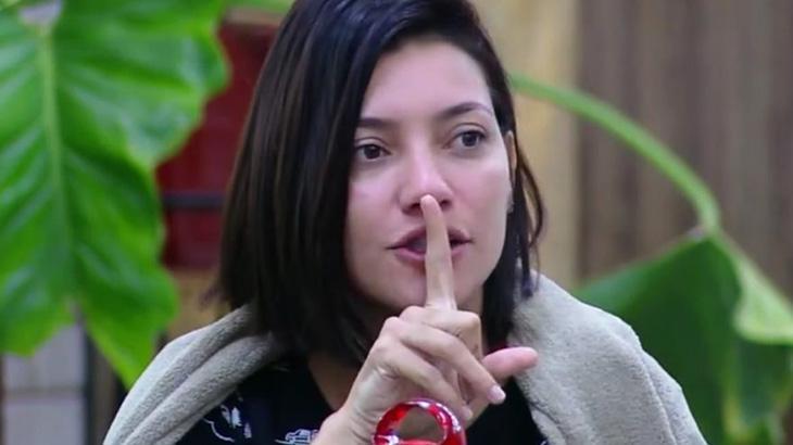 Gabi Prado faz sinal de silêncio