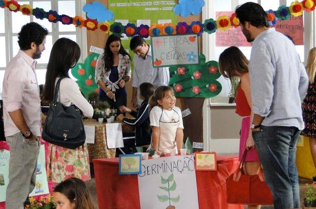Júlia na feira da escola atendendo Ana, Manu, Lúcio e Gabriel