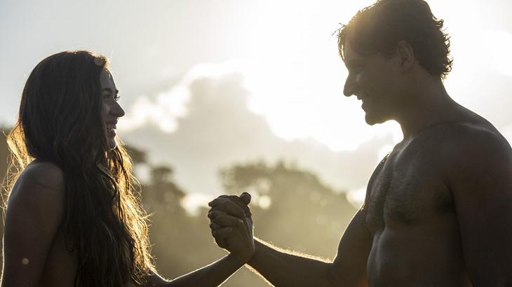 Eva e Adão de mãos dadas em cena da novela Gênesis