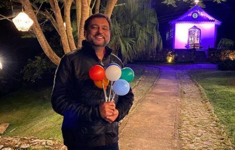 Geraldo Luís segura bexigas de aniversário na mão