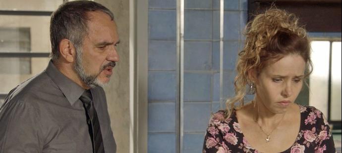 """Totalmente Demais: Lili descobre caso de Germano: \""""Dormindo com a empregada?\"""""""