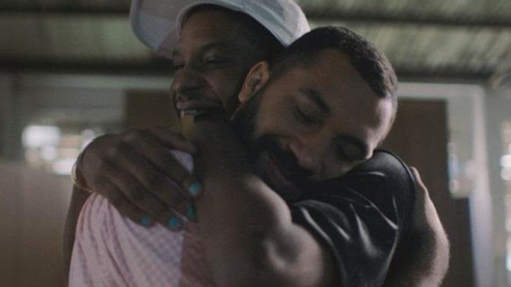 Gil do Vigor e Lucas Penteado se abraçam em comercial do Dia dos Namorados das Casas Bahia