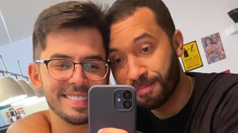 Plínio Vasconcellos e Gil do Vigor posam abraçados para selfie