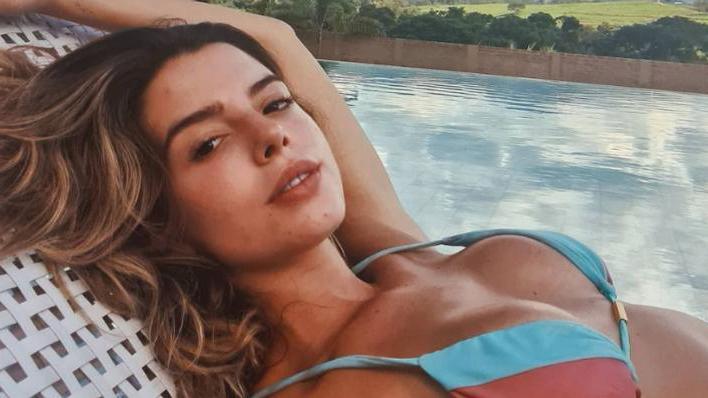 Giovanna Lancellotti relaxando à beira da piscina