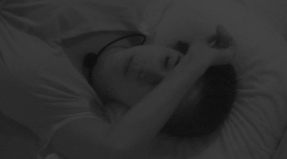 Gizelly chorando na cama