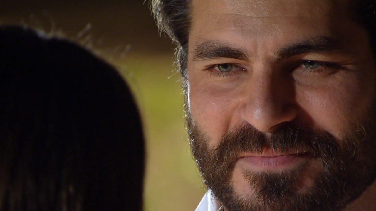 Lúcio sorrindo timidamente para Ana