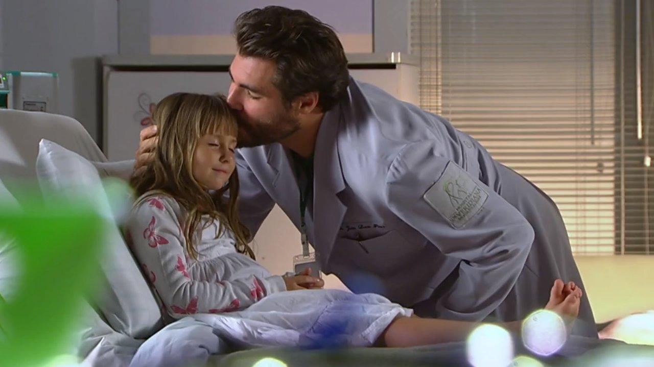 Lúcio dá um beijo na testa de Júlia