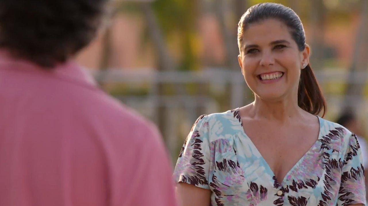 Lígia sorrindo para Marcos