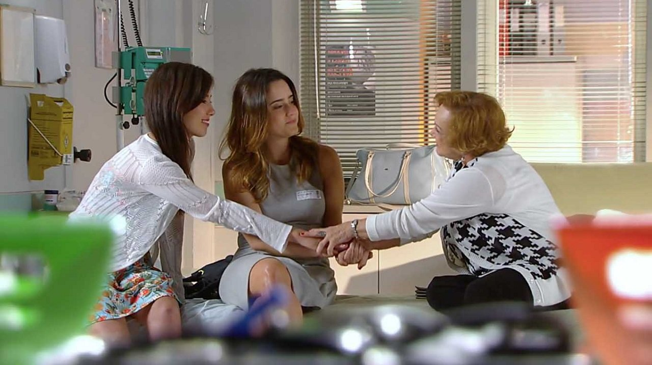 Cena de A Vida da Gente com Ana, Manu e Iná de mãos dadas
