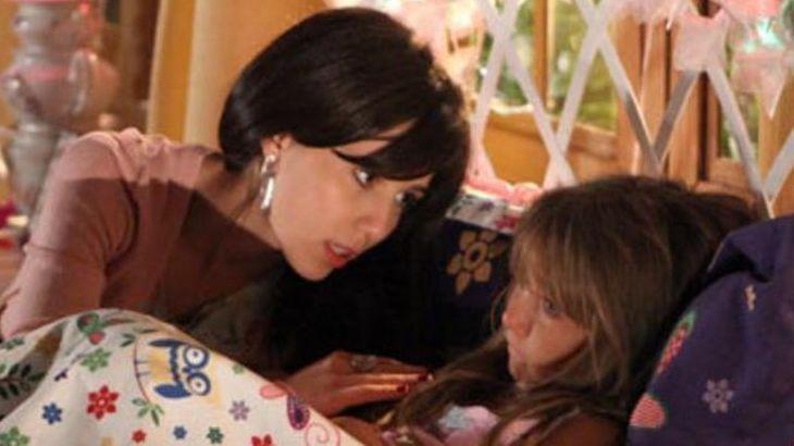 Cena de A Vida da Gente com Manu olhando para Julia, que está deitada na cama