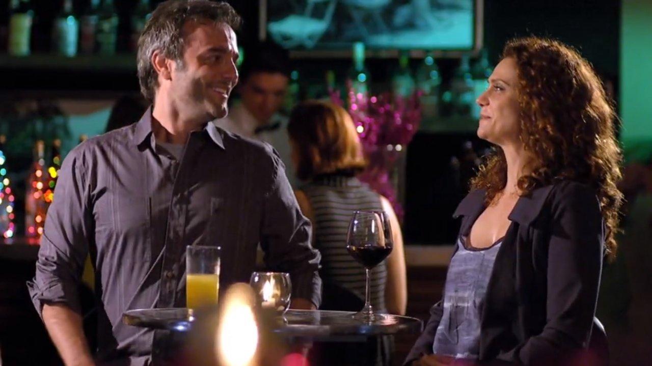 Dora e Sérgio no bar, conversando