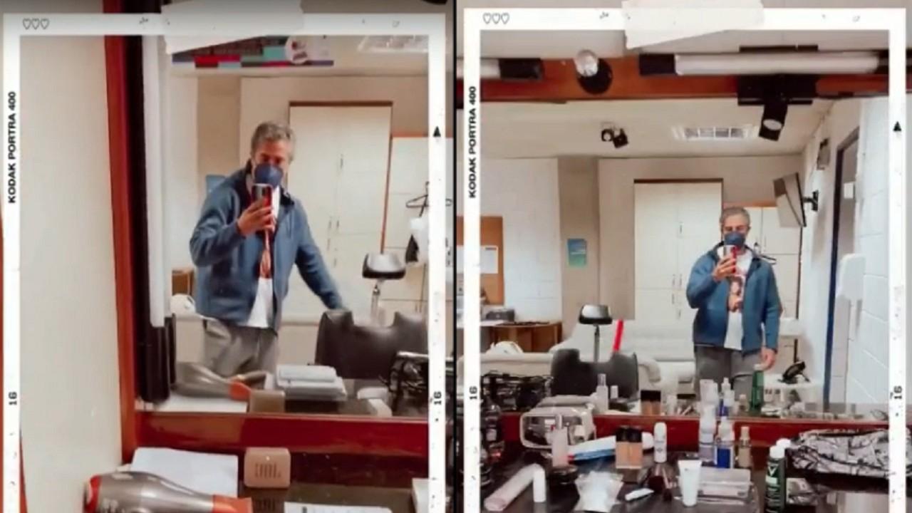 Marcos Mion em pé, segurando celular e mostrando detalhes do seu camarim na Globo