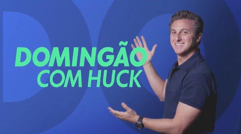 Luciano Huck mostrando logo do Domingão