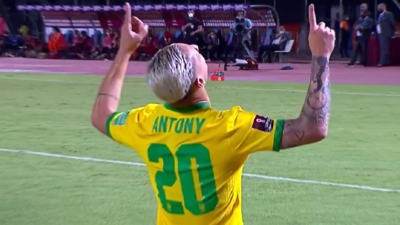 Jogador Antony comemorando o gol da seleção brasileira